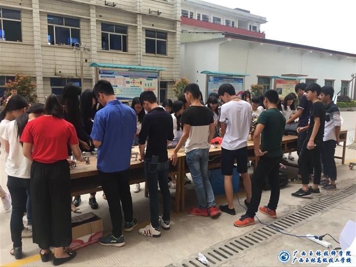 活动期间电子技术专业的同学们展示的蓝牙广州塔小蛮腰led